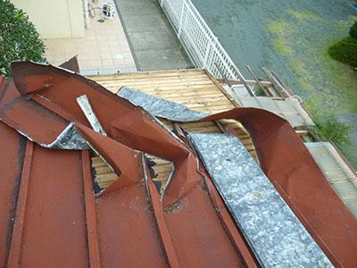 桟葺きの屋根材が強風により剥がれてしまっている