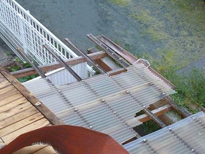 倉庫の屋根の波板も軒樋も破損