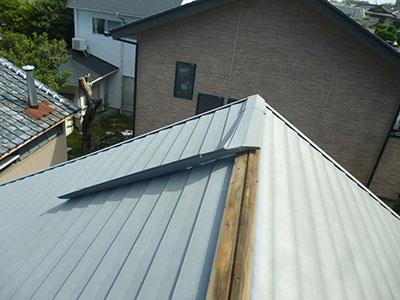 倉庫屋根の棟板金が外れている