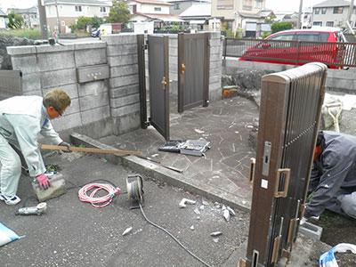既存フェンスを電動器具を使用して撤去
